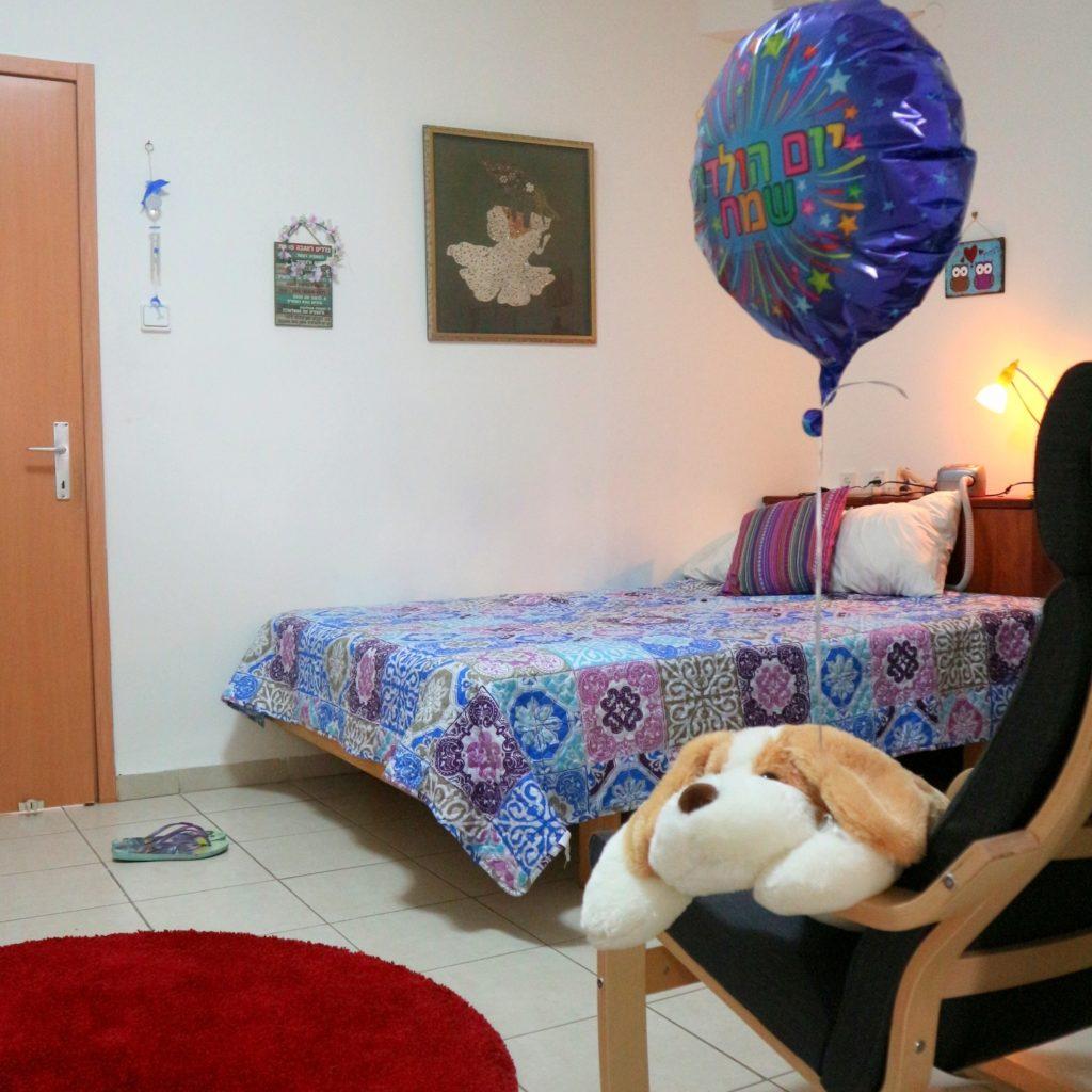 חדר בדירת הכשרה. החדר משקיף לחצר המטופחת, מכיל פינת אירוח קטנה וכן מקלחת ושירותים לשימוש אישי.